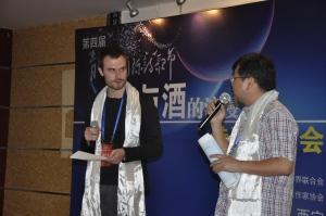 Marek a moderátor Gao na podujatí Festivalu poézie Qinghai Lake